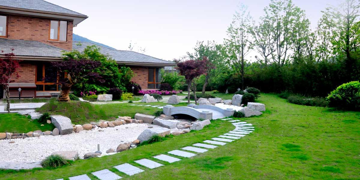 别墅后花园绿篱图片
